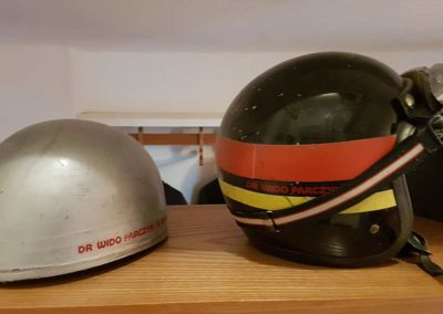 Helme die im Rennen früher verwendet wurden