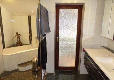 Badezimmer mit Tür zum Carport